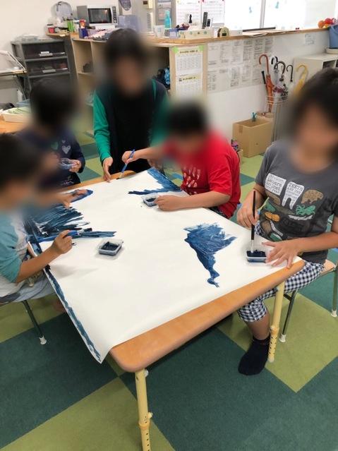 模造紙に夜空の色を塗ります