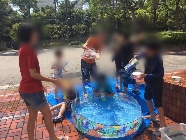 夏ならではの水遊びです。みんなびしょびしょになって遊んだね♪